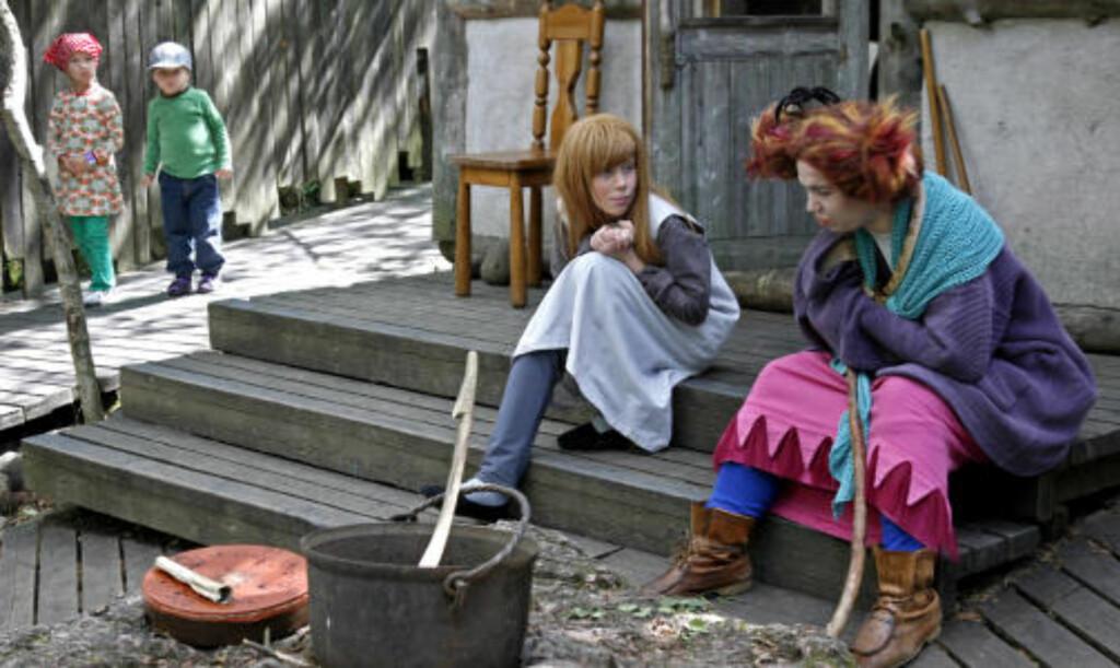 SKEPTISK: Et par småunger lister seg forsiktig rundt hushjørnet for å kikke på trollkjerringene...
