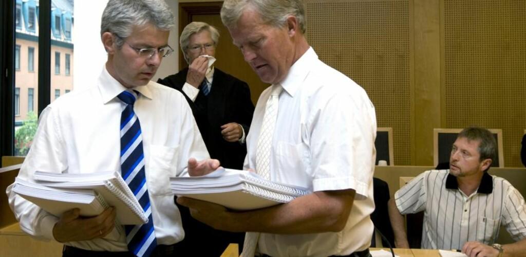 FRIKJENT: Aktor Trond Eirik Schea (tv) i samtale med forsvarer Bjørn Stordrange (th) i Oslo tingrett. Foto: SCANPIX