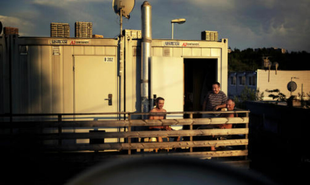 TRANGE BOFORHOLD: Jaroslaw Fras (t.v), Piotr Wawrzyniak (stående) og Tomasz Seeraszew nyter kveldssola i brakkebyen i Oslo. Foto: Lars Lindqvist