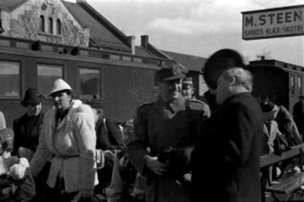 JAGET AV TYSKERNE: Kongefamilien og regjeringen ankommer Hamar stasjon. Under den dramatiske flukten var det nære på flere ganger. Hendelsen på Hagevollen 15. april har vært tilslørt frem til 1985, da den sanne historien plutselig ble avdekket. Foto: Carl Normann, Hedmarksmuseets fotoarkiv
