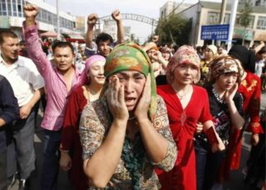 KVINNENE I GATENE: I dag er det uigur-kvinene som har tatt til gatene i protest mot kinesiske myndigheter. Foto: EPA/OLIVER WEIKEN/SCANPIX