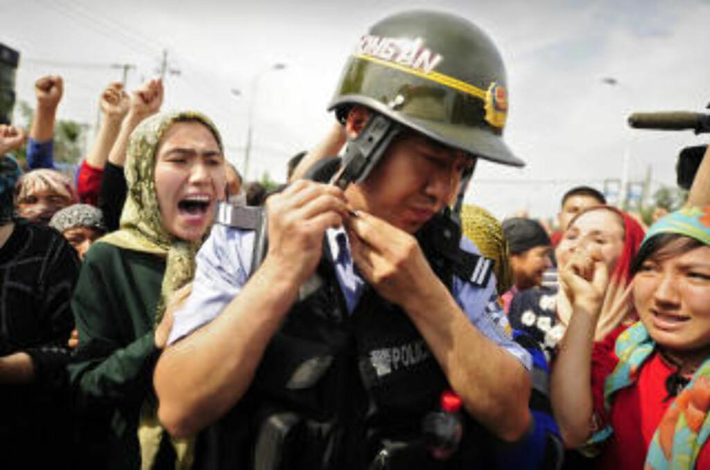 VIL HELLER DØ: Leder for Den norske uigurkomiteen sier uigur-kvinnene demonstrerer åpent, fordi de heller vil dø enn å leve slik de gjør i dag. Foto: AFP/Peter PARKS/SCANPIX