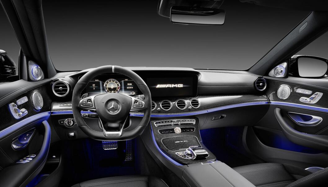 <strong>TEKNO-LUKSUS-SPORTSLIG:</strong> Nye Mercedes- AMG E 63 akselererer som en supersportsbil takket være sin 4.0 V8 biturbo på hele 612 hestekrefter. Med 0-100 på 3,4 sekunder tangerer den store sedanen i versjonen E 63 S 4Matic+ tiden til biler som Ferrari 458 Italia og McLaren 540 C. Samtidig: Med denne klarer Daimler-konsernet den sannsynligvis nest videste spagaten i tysk bilindustris historie. Etter VW. Foto: Daimler