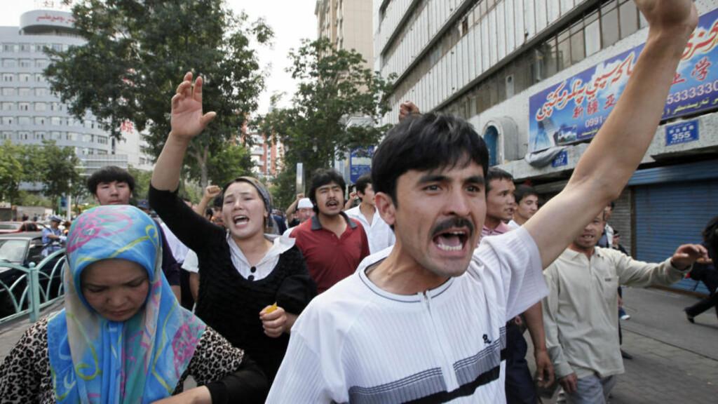 NYE DEMONSTRASJONER: Kinesisk politi har lykkes med å få kontroll over urolighetene i Urumqi, selv om det som dette bildet viser, har vært tilløp til demonstrasjoner. Foto: AP Photo/Eugene Hoshiko/SCANPIX