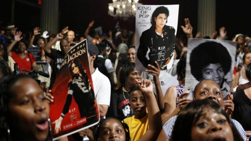 I SORG: Fans samlet seg raskt etter nyheten om Michael Jacksons død. Bildet er tatt i Apollo Theater i New York 30. juni. Foto: REUTERS/Lucas Jackson/Scanpix