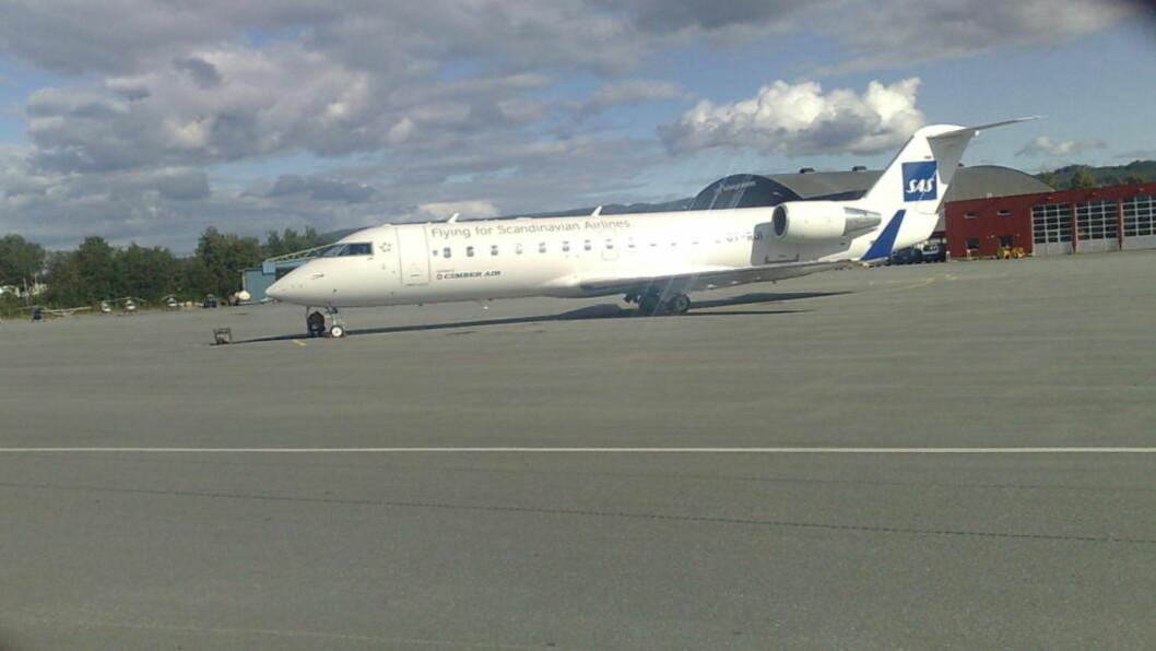 <strong>STO FAST PÅ VÆRNES:</strong> CRJ-maskinen ble stående på Værnes i flere timer før det lettet og satte kurs mot Gardemoen. Foto: Tor Aage Hansen