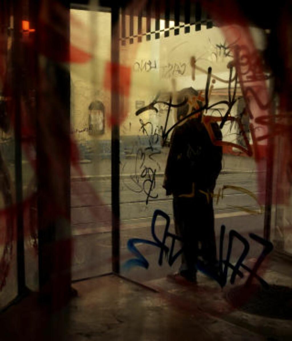 FORBEREDER MESTERSTYKKE: Den 24 år gamle taggeren bekrefter at utenlandske taggere ankommer Oslo om sommeren. Nordmenn reiser også utenlands på taggeturer, sier han, og forteller at han selv skal til Canada for å jobbe med sitt mesterstykke. LES INTERVJUET I PAPIRUTGAVEN AV DAGBLADET I DAG. Foto: Lars Lindqvist/Dagbladet
