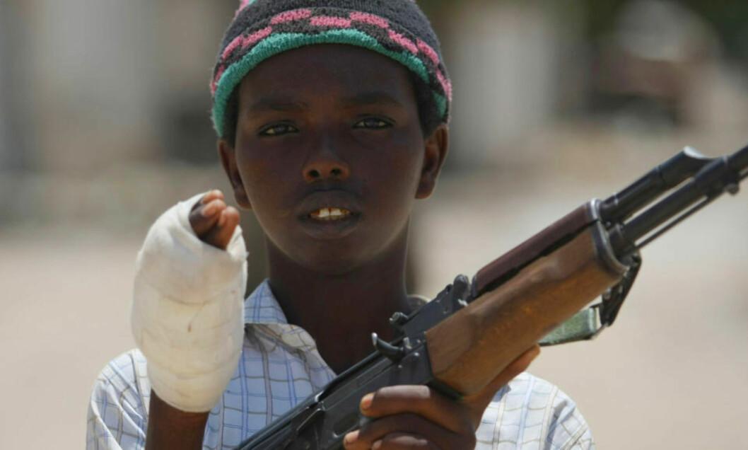 <strong>VERDENS VERSTE:</strong> Somalia topper listen over land som er i krise. Her er en ung medlem av Al-Shabab-militsen som i går kjempet mot regjeringssoldater i Mogadishus nabolag Sinaya. Foto: AFP/Mohamed DAHIR/SCANPIX