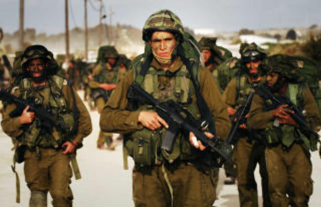 INNRØMMER MENNESKERETTIGHETSBRUDD: Israelske soldater medgir å ha brukt hvitt fosfor i sivile områder. Disse soldatene har ikke nødvendigvis noe med innrømmelsene å gjøre. Foto: AFP PHOTO/HO/IDF/Scanpix