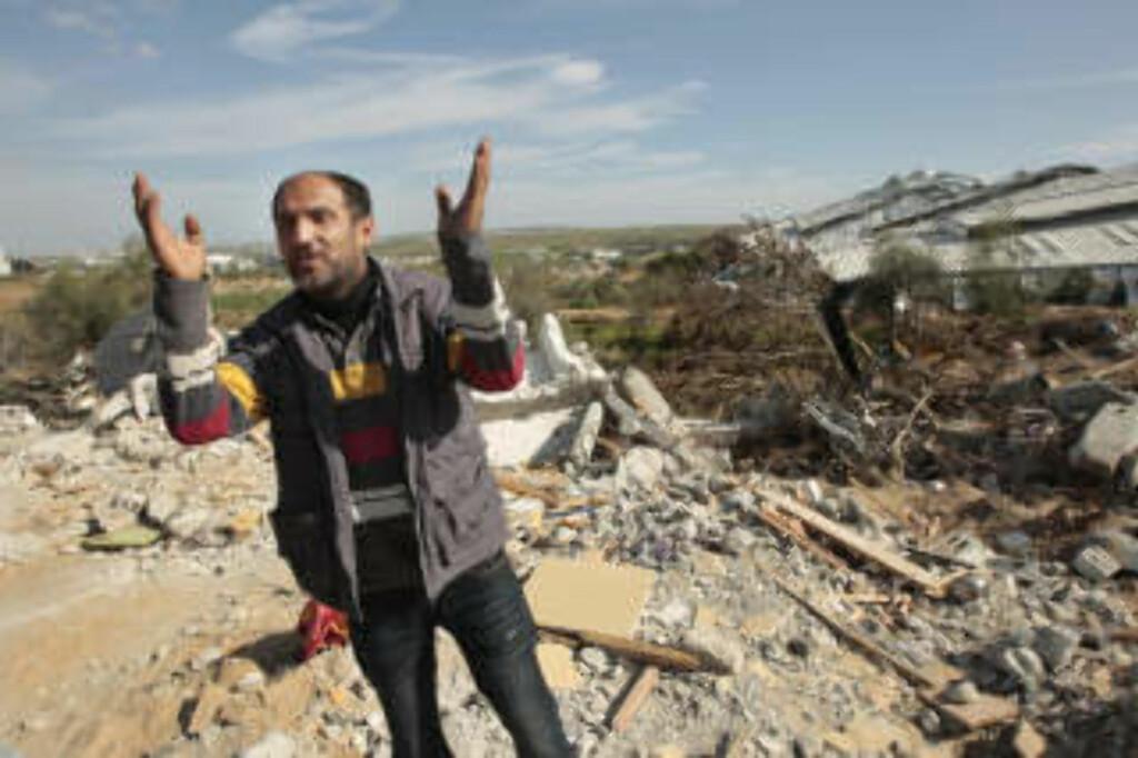 MISTET SITT HJEM: Palestineren Raed al-Athamna står ved sitt nedbombede hus i Gaza i januar i år. Israelske soldater innrømmer bombetokt mot sivile områder. Foto: REUTERS/Mohammed Salem/Scanpix