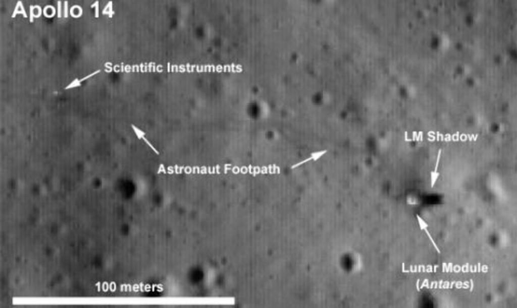 FOTAVTRYKK: På dette bildet har NASA tegnet inn at man kan se romstasjonen og dens skygge, samt forskningsintrrumenter og astronautenes fotavtrykk. Foto: NASA/Goddard Space Flight Center/Arizona State University
