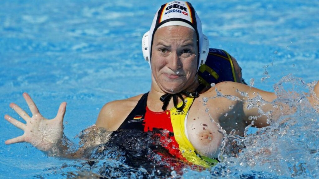 PUPPEGLIPP: Tyske Mandy Zöllner havnet i et skikkelig basketak med spanske Maica Garcia under åpningskampen i vannpolo-VM.Foto: SCANPIX/REUTERS/Laszlo Balogh