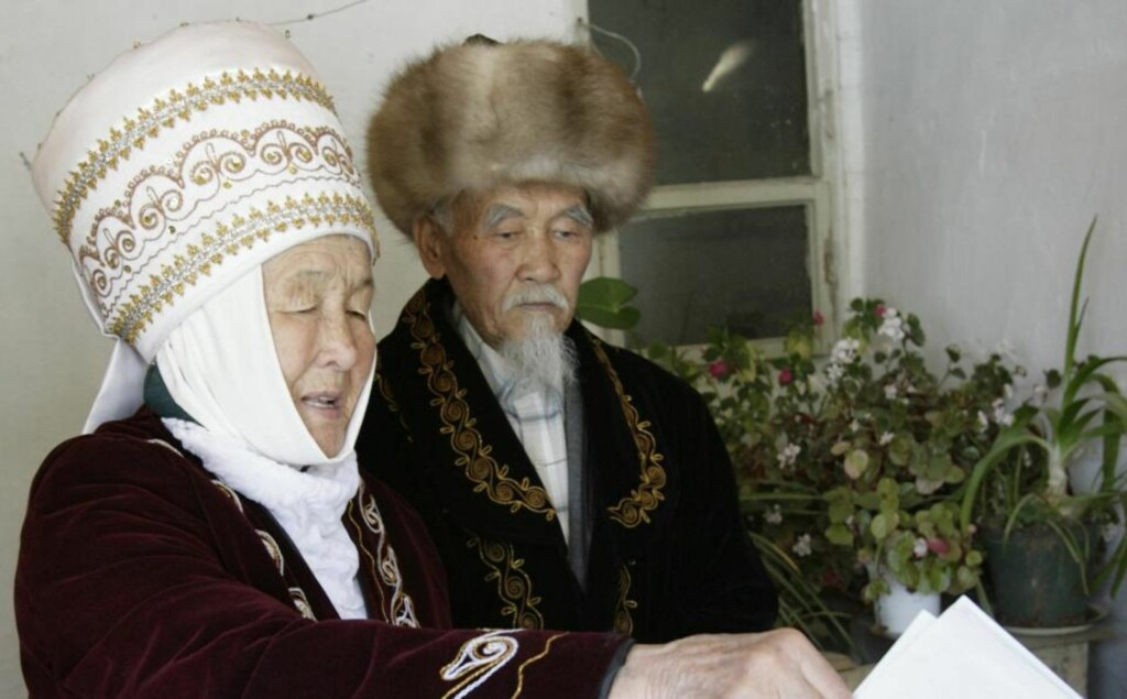 Kyrgyz villagers cast their ballots at a polling station in a village Gornaya Mayevka, 30 km (19 miles) east of the capital Bishkek, July 23, 2009. Kyrgyzstan, a Muslim nation key to U.S. military efforts in Afghanistan, voted on Thursday in a presidential election that the opposition said in advance was unfair and planned to challenge with protest rallies.  REUTERS/Vladimir Pirogov  (KYRGYZSTAN POLITICS ELECTIONS IMAGES OF THE DAY)