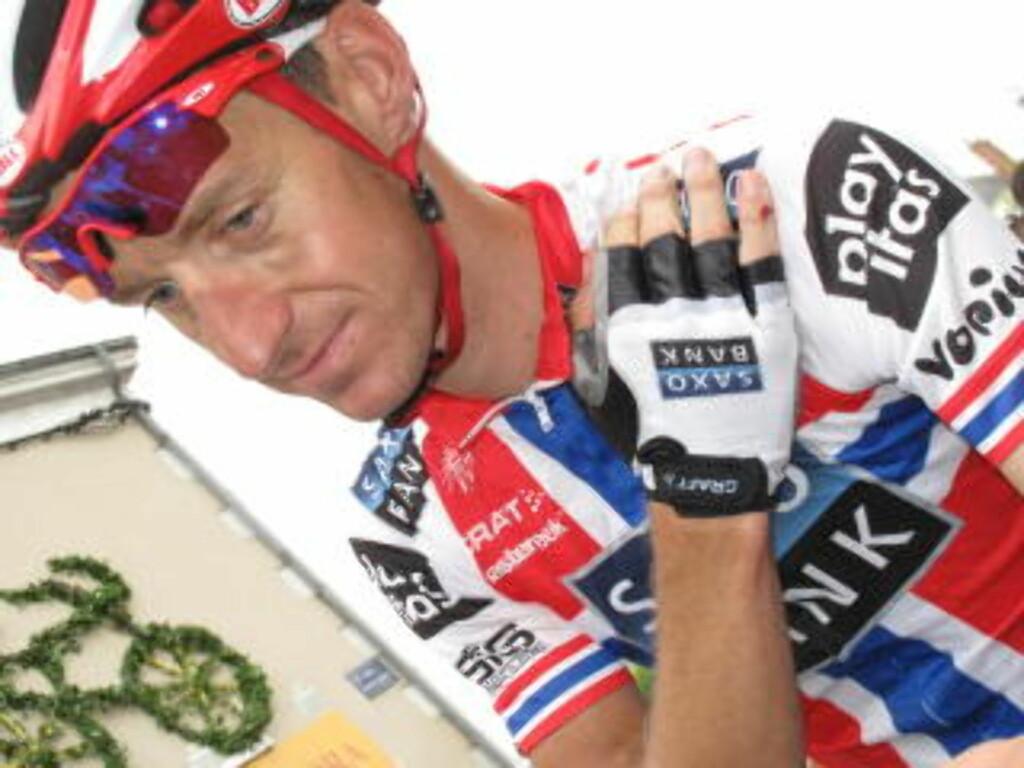 MÅTTE BRYTE: Kurt Asle Arvesen falt stygt og brakk sitt venstre kragebein i den 10. etappen. Foto: Per-Espen Løkenhagen / SCANPIX .