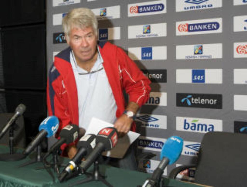 INGEN OVERRASKELSER: Landslagssjef Egil Olsen kom til pressekonferansen på Ullevaal Stadion med et A4-ark bestående av navn på gamle kjenninger.Foto: Terje Bendiksby / SCANPIX