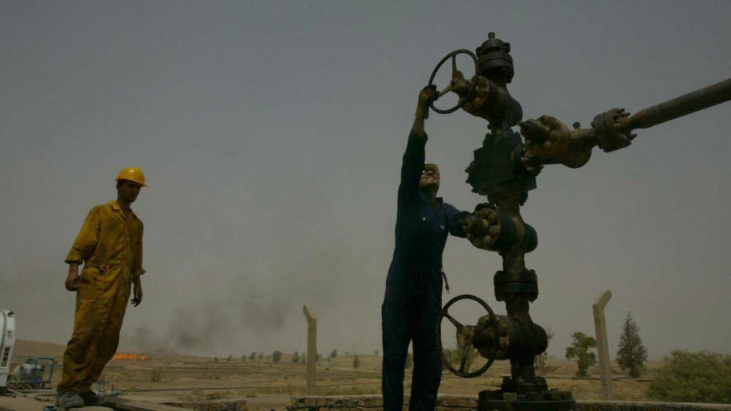 INTERESSEKONFLIKT: Striden om de oljerike områdene sør for demarkasjonsgrensen fra 1991, kan føre til en ny væpnet konflikt i Irak. Ifølge det amerikanske militæret, utgjør konflikten mellom kurderne og de arabiske irakerne en større trussel mot stabiliteten i Irak enn  konflikten mellom sunnier og sjiamuslimer. Dette bildet viser oljearbeidere i Kirkuk, et av de omstridte områdene. FOTO:AFP PHOTO / MARWAN IBRAHIM/SCANPIX