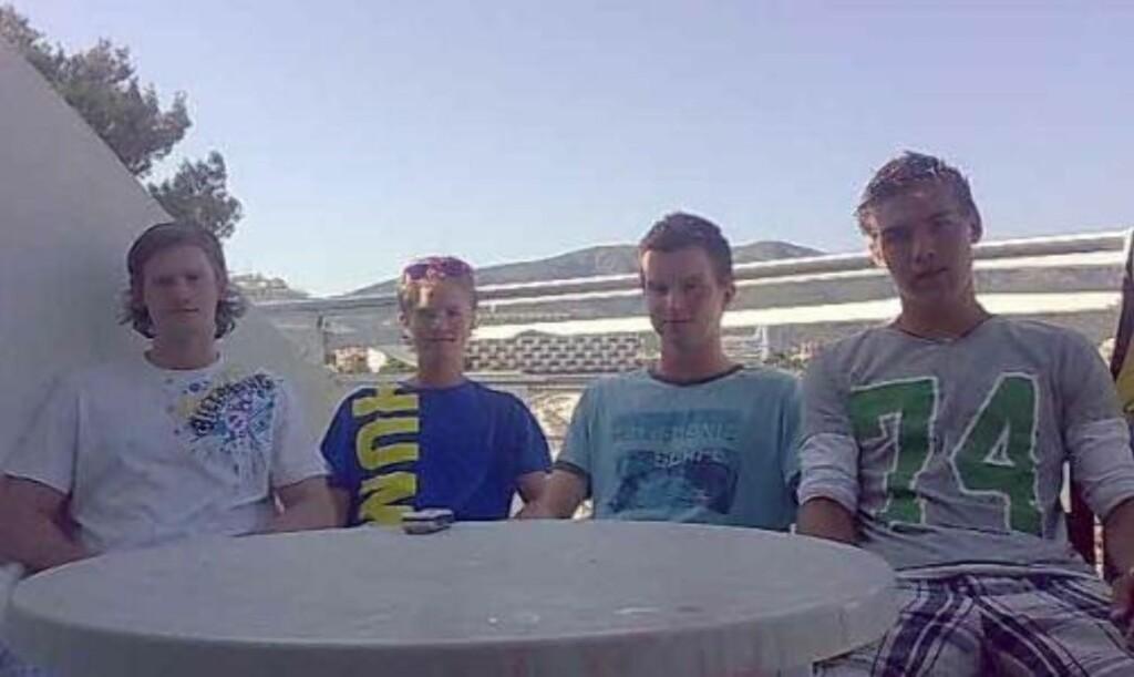 VÅKNET AV SIRENER: Henrik Petersen (19), Anders Forberg Fossbråten (18), Ole Jørgen Wiig (19) og Peter Authen (19) bor like ved eksplosjonsstedet. MMS-foto: Privat