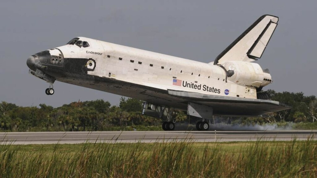 HJEMKOMST: Romferja Endeavour landet på Kennedy Space Center i Florida. Foto: Scanpix/REUTERS/Stan Honda