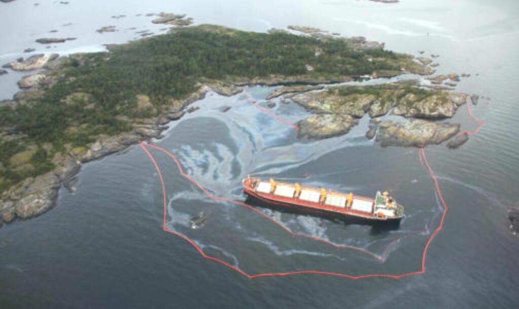 HAVARERTE NATT TIL FREDAG: Bulkskipet Full City ligger utenfor øya Såstein i Bamble kommune. Foto: Kystverket.