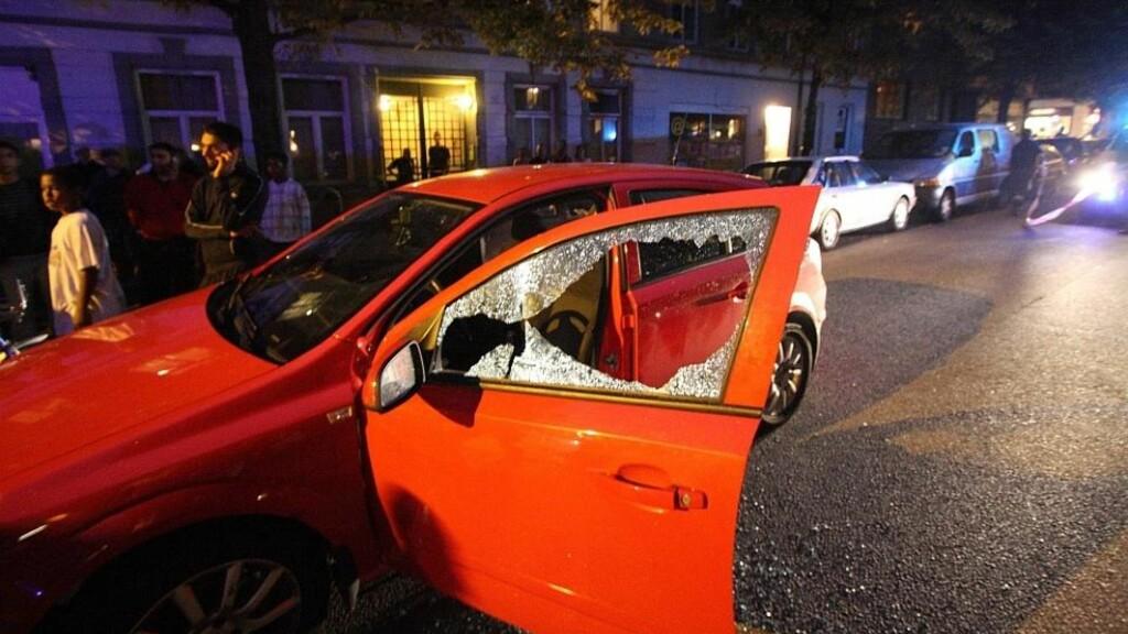 SKUTT I BILEN: 39-åringen satt i førersetet på denne bilen da han ble skutt. Han døde av skadene etter kort tid. Foto: Svein Gustav Wilhelmsen