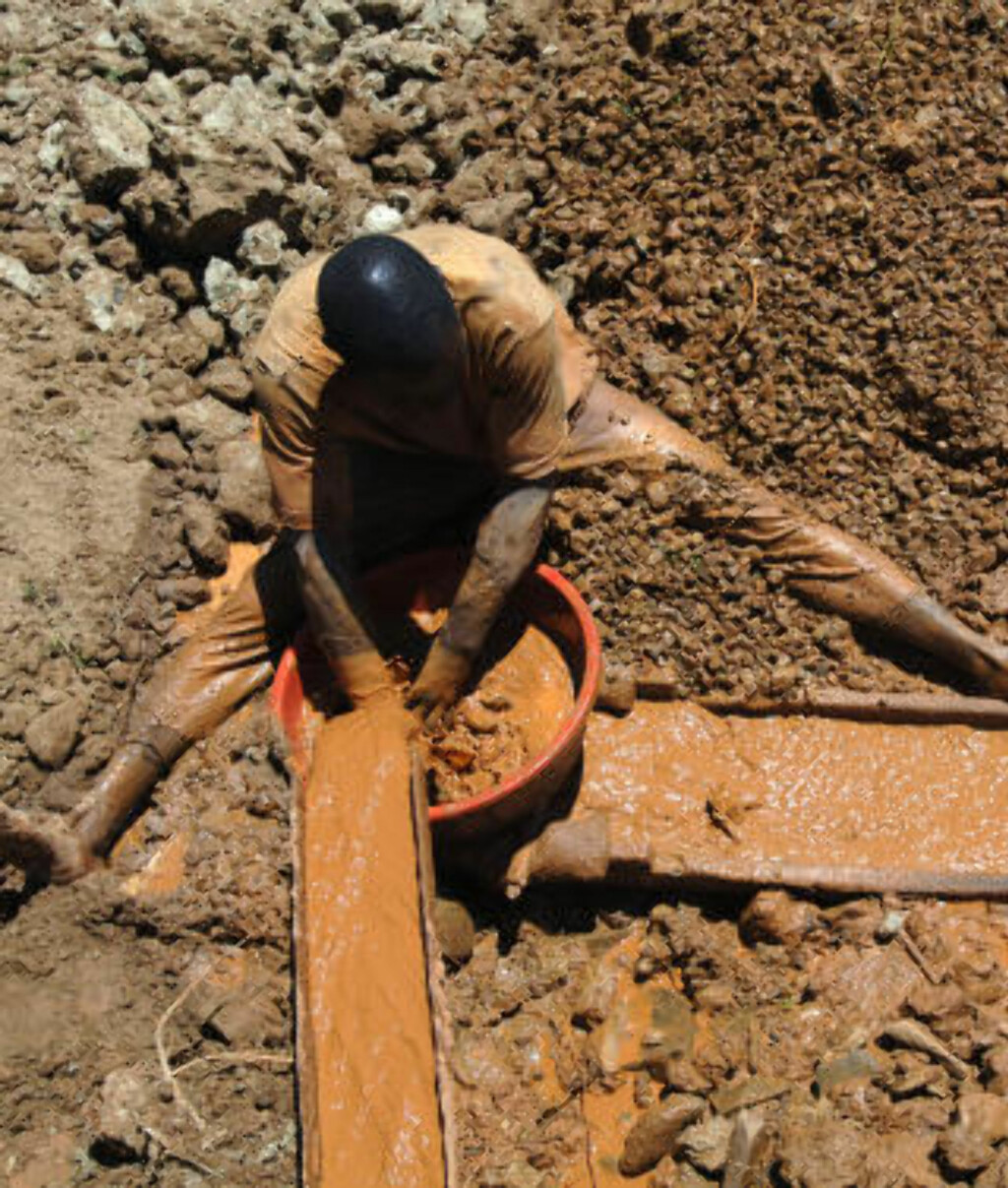 GENERERER STORE PENGER: Men arbeiderne får ikke nyte godt av de verdifulle forekomstene. Foto: AFP PHOTO/LIONEL HEALING /Scanpix