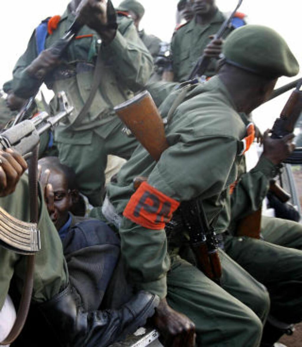 HARDHENDT: Den kongolesiske regjeringshæren tar en mann til fange etter et angrep mot en FN-konvoi i nærheten av Goma i november i fjor. Hæren tjener store penger på gruvedrift i området. Foto: AP Photo/Jerome Delay/Scanpix