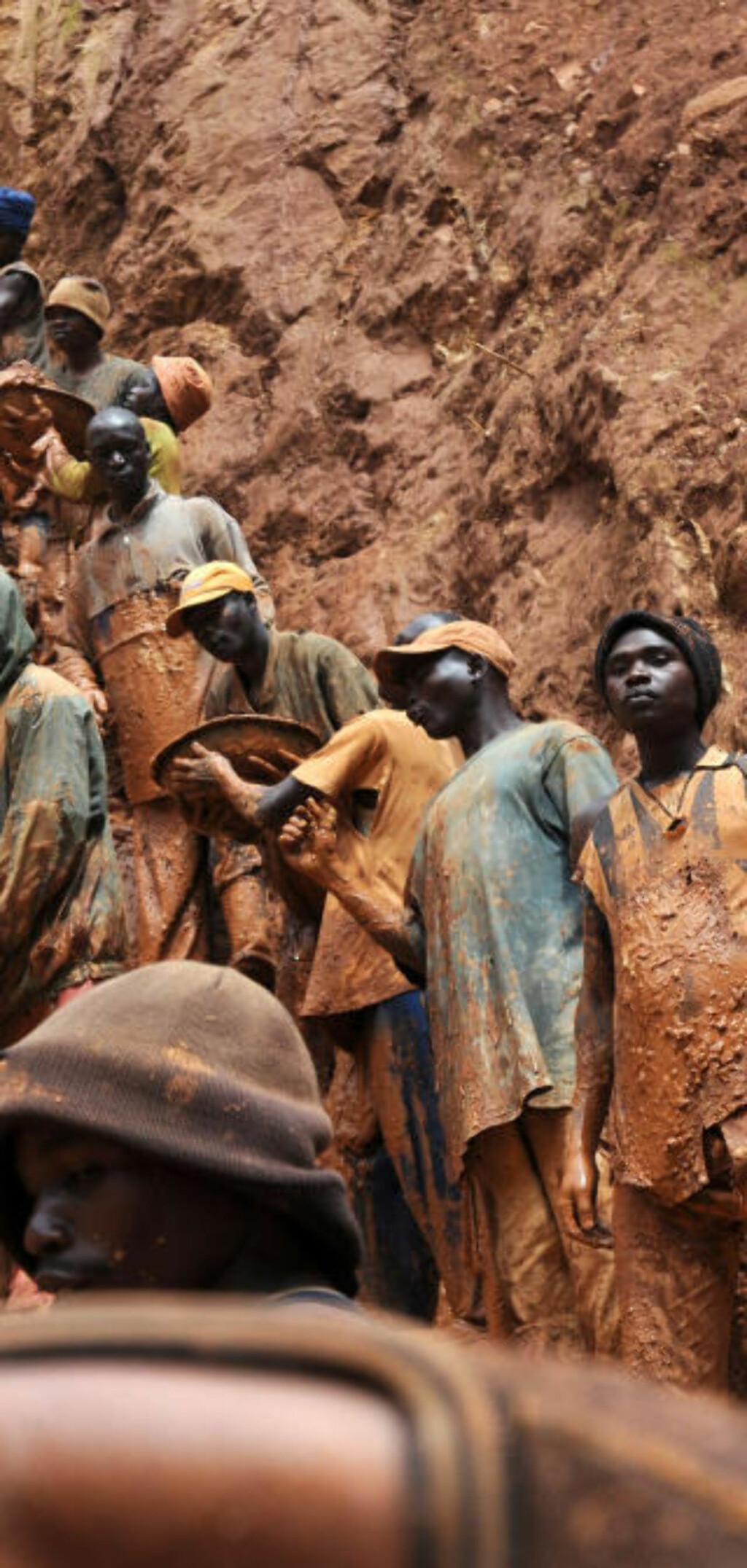UTNYTTES: Gruvearbeiderne jobber under grusomme forhold. Foto: AFP PHOTO / LIONEL HEALING /Scanpix