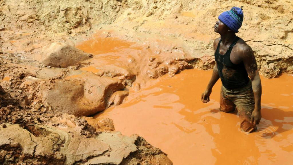 DRIVES HARDT: En gruvearbeider trekker pusten før han igjen setter i gang det hardet arbeidet i en gruve i Chudja, nær Bunia, der den kongolesiske regjeringshæren driver store gruveområder med hard hånd. Foto: AFP PHOTO/LIONEL HEALING/Scanpix