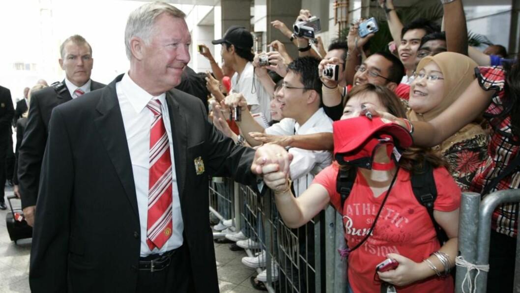 <strong>FRYKTER CHELSEA:</strong> Sir Alex Ferguson fnyser av Liverpools gullsjanser. Skotten mener Benitez' menn skal få problemer med å følge opp fjorårets sesong. Foto: EPA.