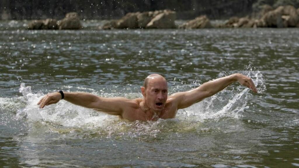 TOK I ET TAK: Vladimir Putin viste muskler da han svømte butterfly for kameraene som var med ham på ferien i Sibir.  Foto: REUTERS/RIA Novosti/Pool/Alexei Druzhinin/SCANPIX
