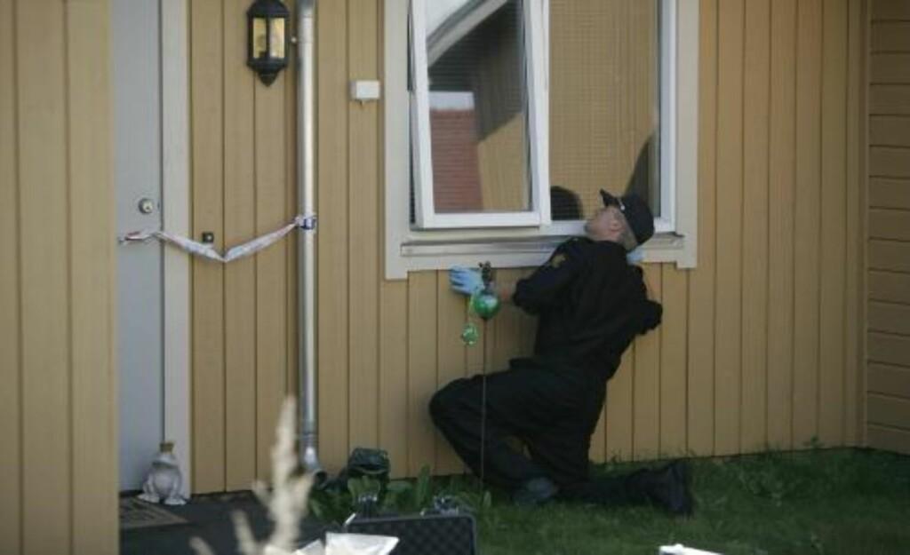 HAR STARTET ÅSTEDSUNDERSØKELSER:  Politiet undersøker utenfor en leilighet. Foto: TORBJØRN GRØNNING/DAGBLADET