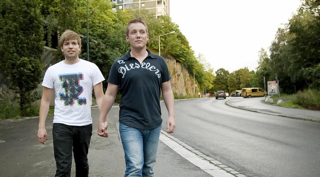 PÅ ÅSTEDET: Anders Rasmushaugen (24) (t.v) og Michael Eimstad (33) ble trakkasert og angrepet på Grønland i Oslo. Foto: HENNING LILLEGÅRD