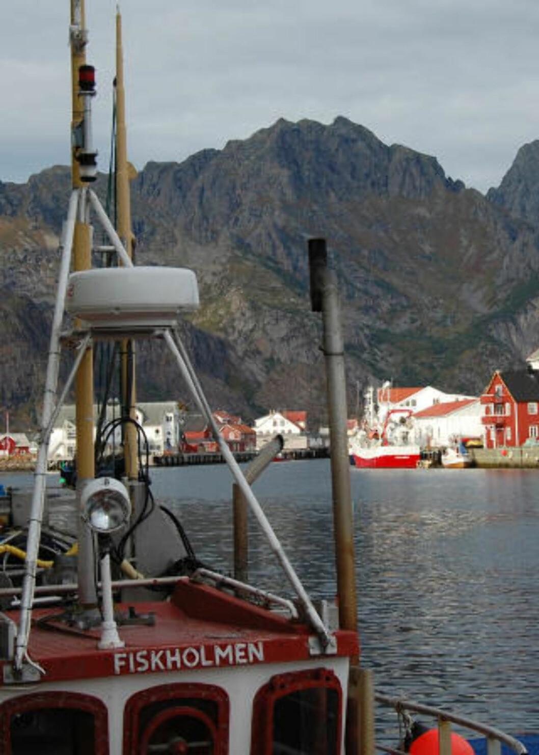 SPLID I NORD:  Olje og arbeidsplasser står mot fiskerier, fuglefjell, turisme klimagasser i Nord-Norge. Over er kaia i Henningsvær. Foto: AFP