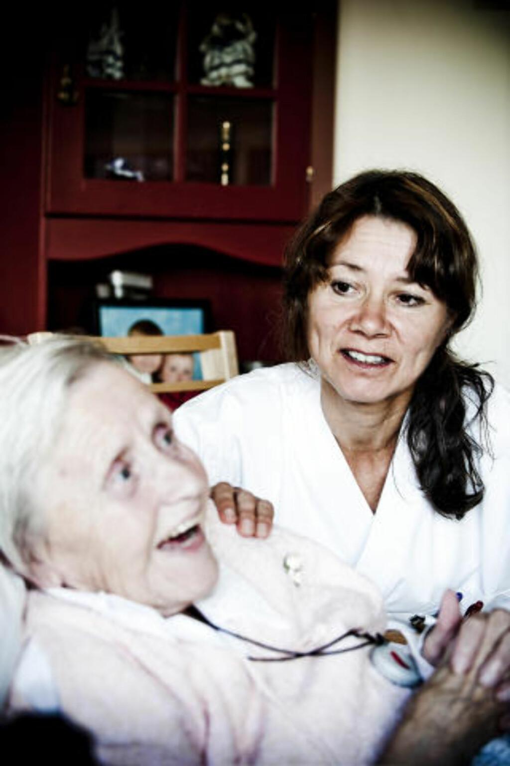 DÅRLIG TID: - Jeg føler at jeg ikke får tid til å gi den hjelpen jeg ønsker, sier sykepleier Heidi Sjøwall (47). Her sammen med pasient Aase M. Ski Carlsen. Foto: THOMAS RASMUS SKAUG
