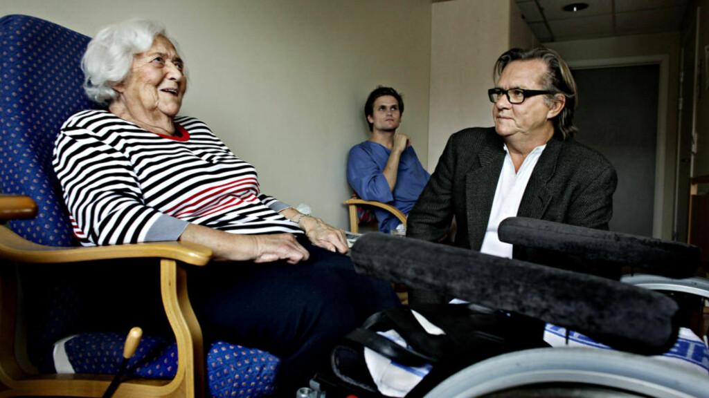 - BLIR BRÅK: - Neste generasjon vil nok kreve mer enn oss. Da blir det nok, bråk, sier Marit Schjelderup (88), som bor på Majorstutunet bo- og behandlingssenter i Oslo. Her med forfatter og forsker Runar bakken (57). Foto: METTE MØLLER