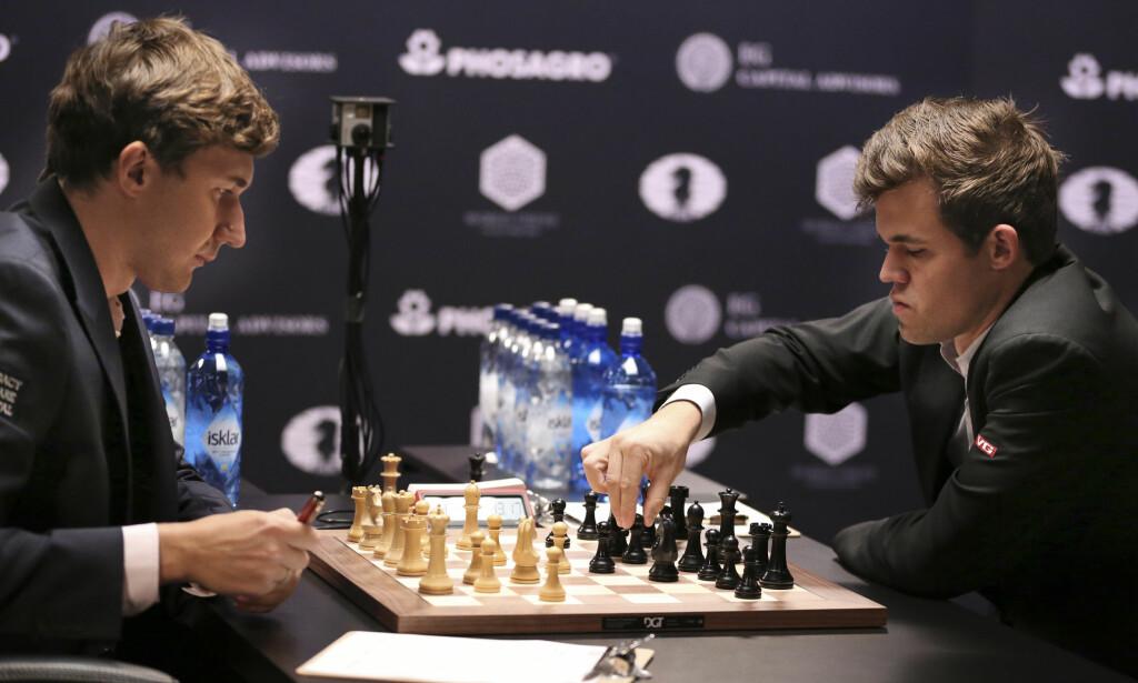 SELVTILLITEN TILBAKE: Magnus Carlsen åpnet friskt i sjette VM-parti mot russeren Sergej Karjakin. Foto: AP Photo/Seth Wenig