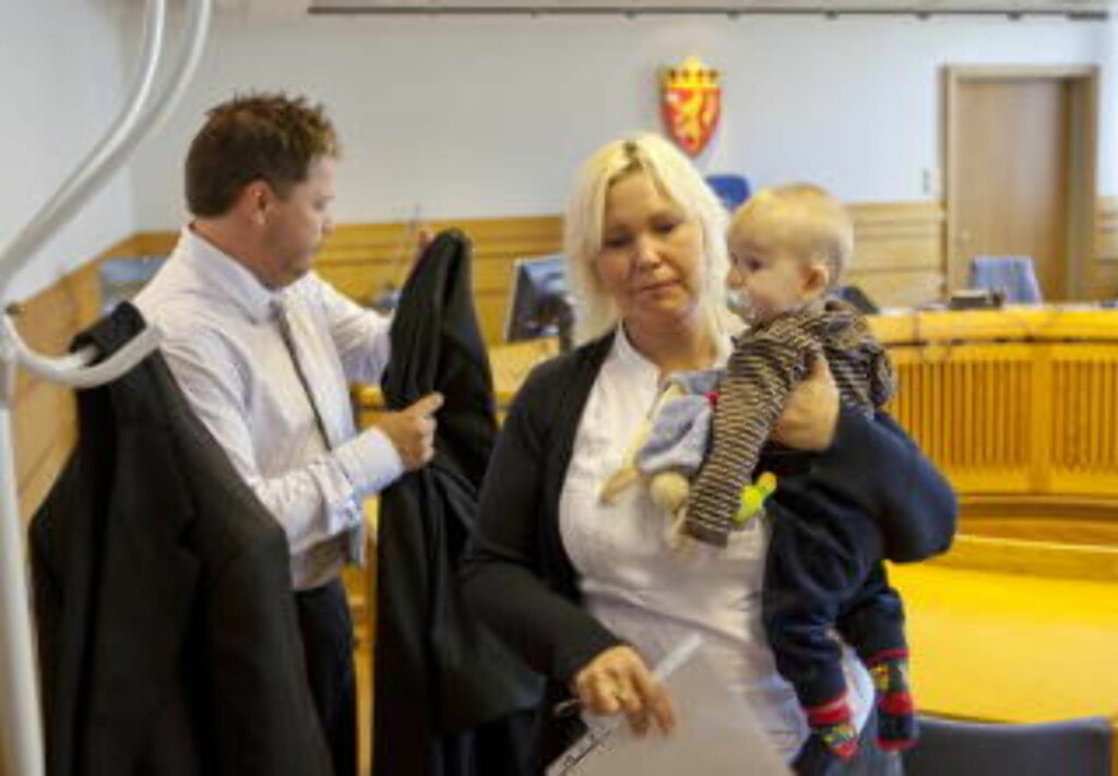 NY RUNDE I RETTEN:  Monia Johannson, sønnen Kasper og eierfamiliens advokat Sigvart Bilstad i tingretten, der Majlos eiere fikk blankt medhold. Foto: OLE MORTEN MELGÅRD.