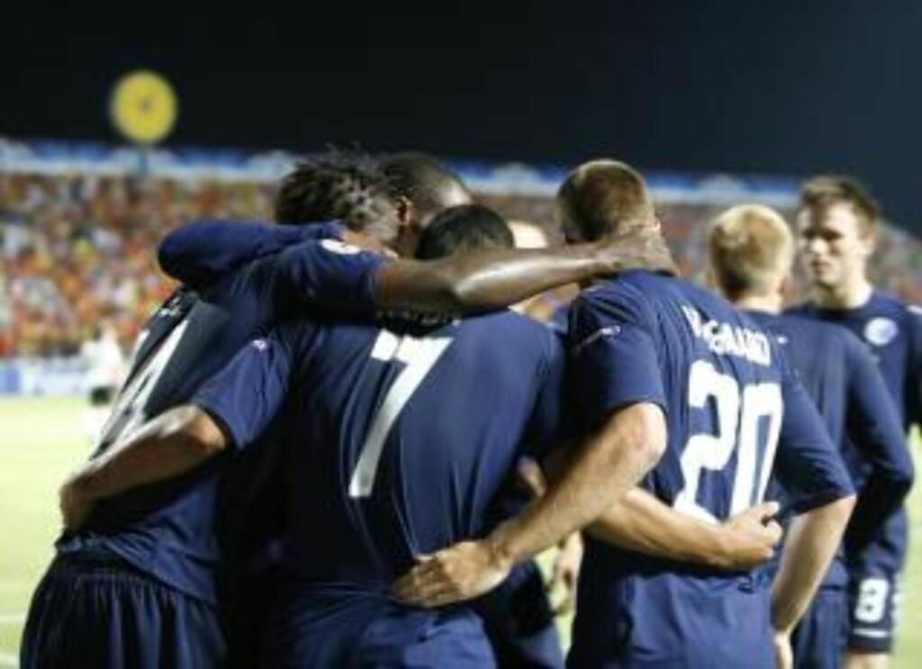 KORTVARIG GLEDE: FCK-spillerne feirer målet til Dame N'Doye - men Apoel slo tilbake og gikk videre. Foto: EPA