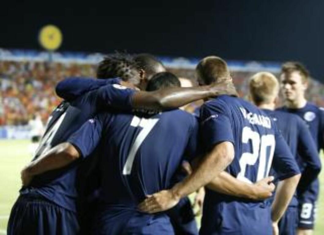 <strong>KORTVARIG GLEDE:</strong> FCK-spillerne feirer målet til Dame N'Doye - men Apoel slo tilbake og gikk videre. Foto: EPA
