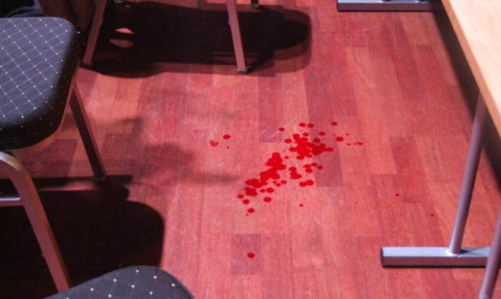 VITNESBYRD: Blod på golvet vitner om dramaet som utspilte seg under den opphetede skolevalgdebatten i Oseberg kulturhus. Foto: CHRISTIAN HØYBØ