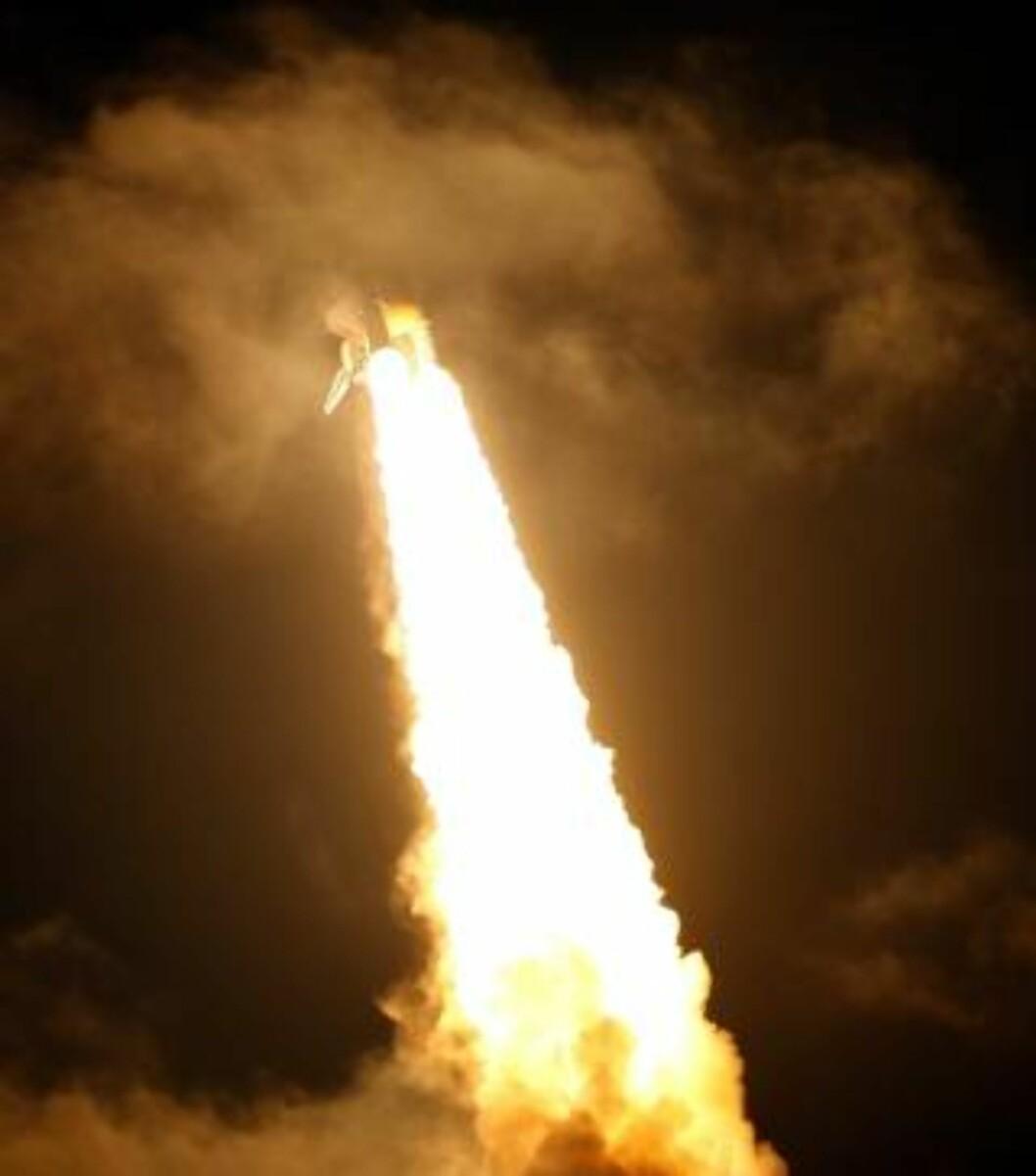 PÅ VEI... med sju personer om bord. Discovery ble omsider skutt opp i rommet. Foto: Scanpix/EPA/GARY I ROTHSTEIN