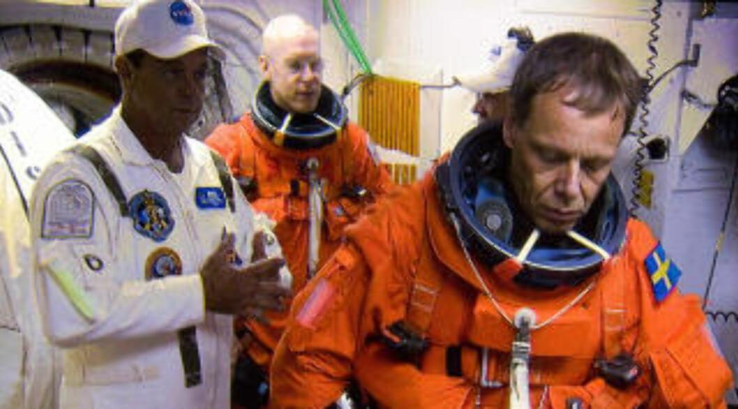 <strong>PÅ VEI:</strong> Christer Fuglesang kjenner på jordas tyngdekraft for siste gang før han entrer romferja. Foto: NASA TV