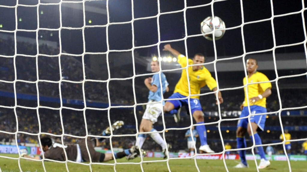 NRK SELGER FOTBALL-VM: Her scorer Luis Fabiano for Brasil mot Italia i Prøve-VM. Neste sommer blir halvparten av VM-kampene sendt på Viasat-kaneler. Foto: AFP PHOTO/ VINCENZO PINTO