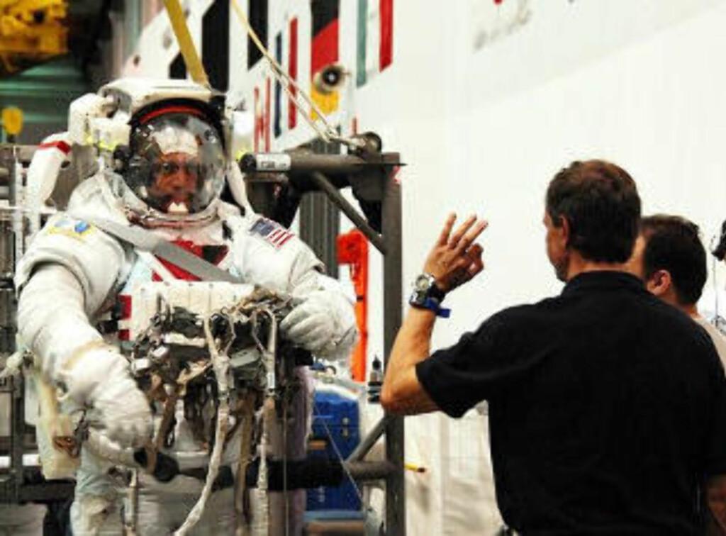 KLARSIGNAL: Christer Fuglesang har hjulpet romvandringsmakker Danny Olivas på med romdrakta, like før han senkes nedi verdens største innendørsbasseng. Her øver Discovery-astronautene på romvandringene. Foto: GEIR BARSTEIN/DAGBLADET