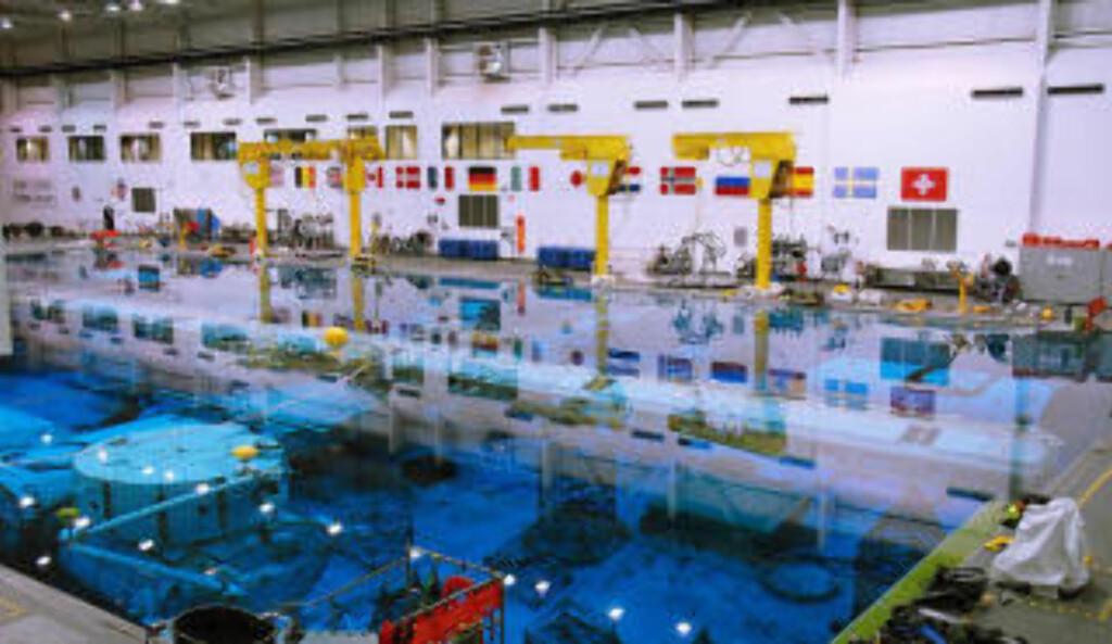 «VEKTLØS» PÅ JORDA: Bassenget, kalt Neutral Buoyancy Laboratory (NBL) inneholder 23,5 millioner liter vann og tro kopier av deler på ISS og romferja. Foto: GEIR BARSTEIN/DAGBLADET