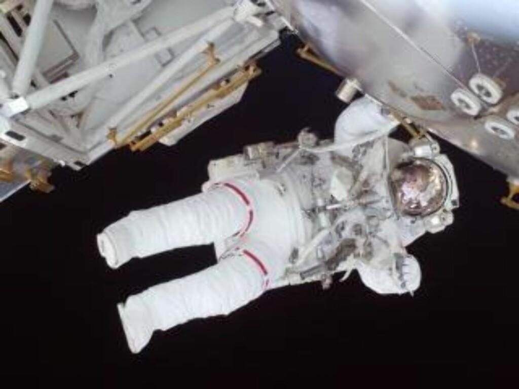 LUFTIG: Nicole Stott gikk opp med Discovery, men kommer ned med Atlantis. Stott byttet plass med Tim Kopra om bord ISS. Her er hun avbildet under turens første romvandring. Foto: NASA