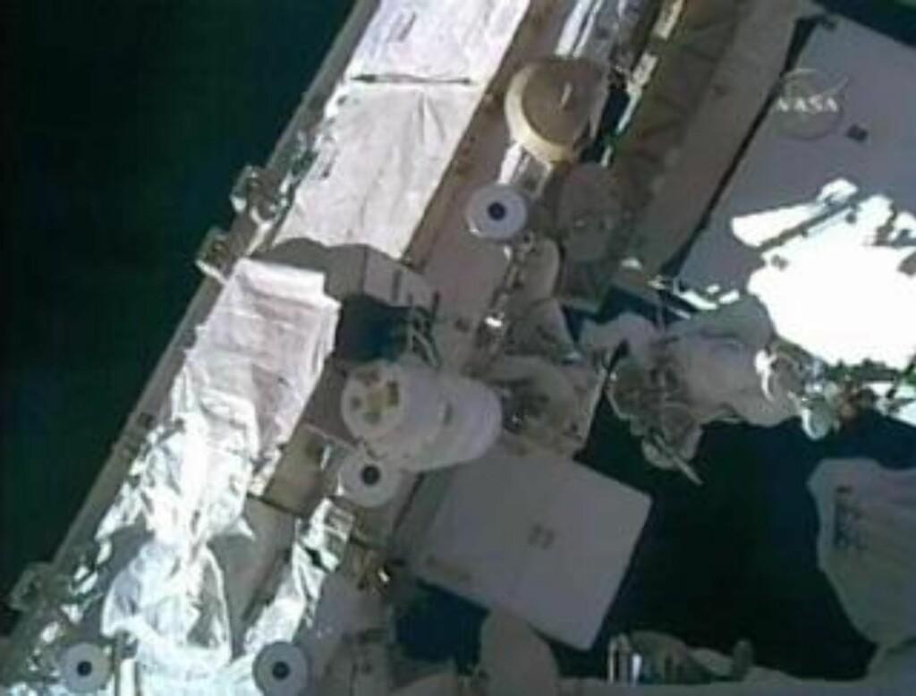KREVENDE: Danny Olivas (t.v.) og Christer Fuglesang arbeider med å bytte ut den tomme ammoniakktanken på ISS. Foto: REUTERS/NASA TV
