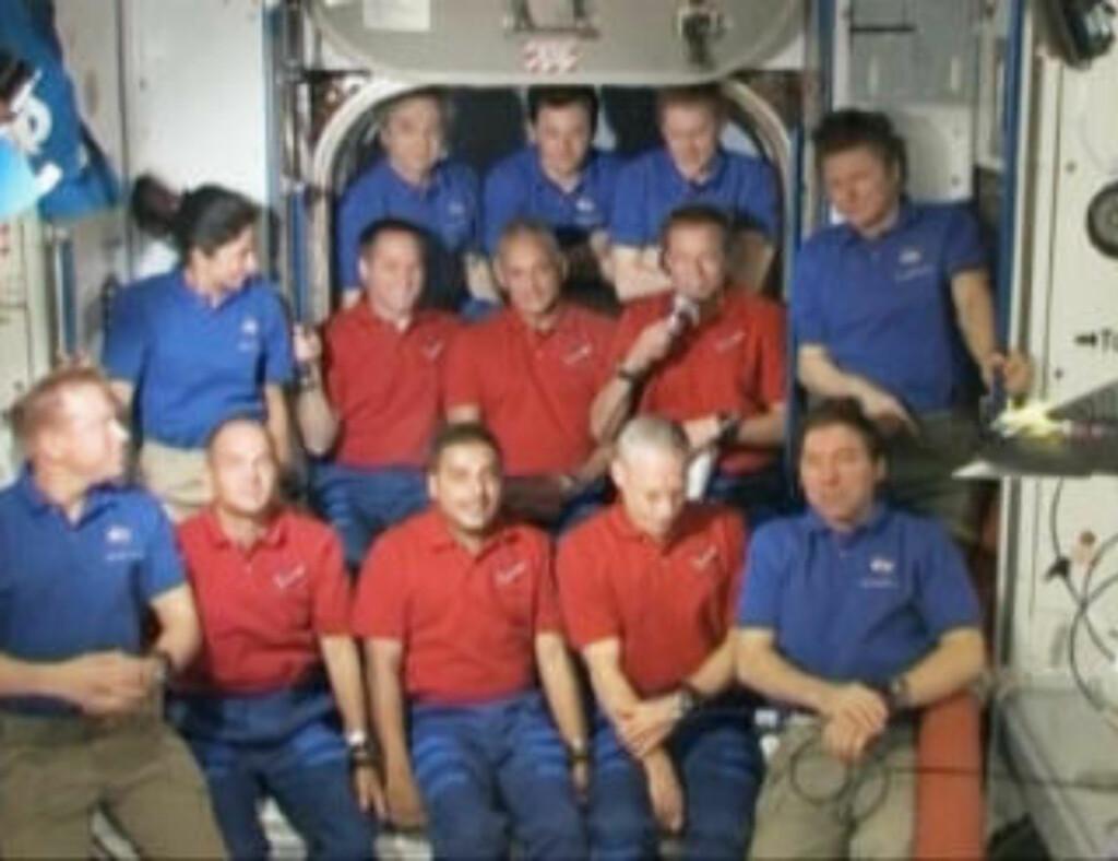 PRESSEKONFERANSE: Dagbladet snakket med Fuglesang, som holder mikrofonen på bildet. Discovery-astronautene er kledd i rødt, ISS-astronautene i blått.Foto: NASA