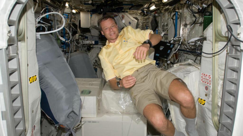 SPISTE SEIGMENN: Christer Fuglesang bød astronaut-kollegene på norsk godteri ombord på romstasjonen ISS.Foto: NASA