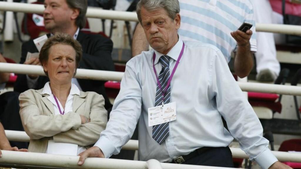 BLE PRESSET: Her er tidligere generalsekretær Karen Espelund og fotballpresident Sondre Kåfjord på tribunen under landskampen mot Makedonia i juni, bare noen får dager ble kjent at det var misnøye mot Espelund i NFF. Foto: Erlend Aas / SCANPIX